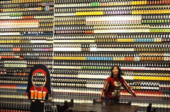 """""""啤酒阿姨""""从20多平米的烟纸店,扩张为拥有五家门店的啤酒超市。2019年1月12日,位于真如星光耀广场的五店开业,面积达600多平方米,这也是""""啤酒阿姨""""首次进入商业综合体。 东方IC图"""