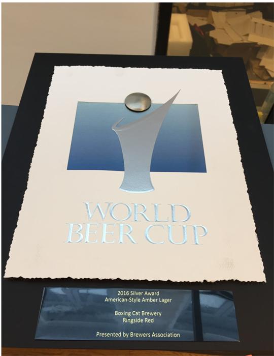 """2016年啤酒世界杯上,""""拳击猫""""一款琥珀色的拉格""""红色擂台""""摘下银牌。 受访者供图"""