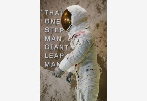 阿姆斯特朗的登月宇航服在13年后重新在美国国家航空航天博物馆展出。 新华社